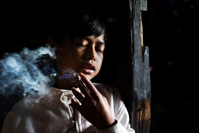 children-smoking-cigarette-in-indonesia4