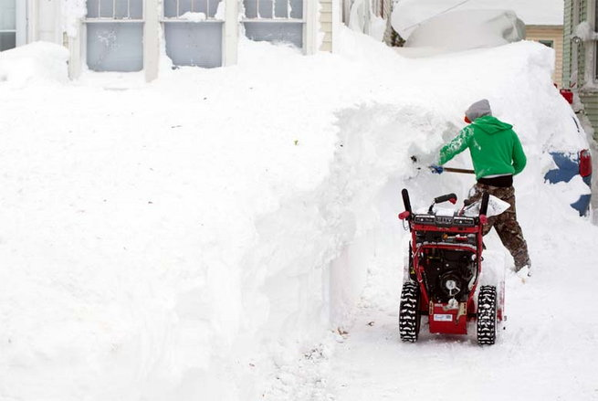 heavy-snow-keeps-falling-in-newyork1