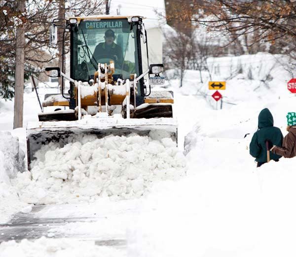 heavy-snow-keeps-falling-in-newyork2