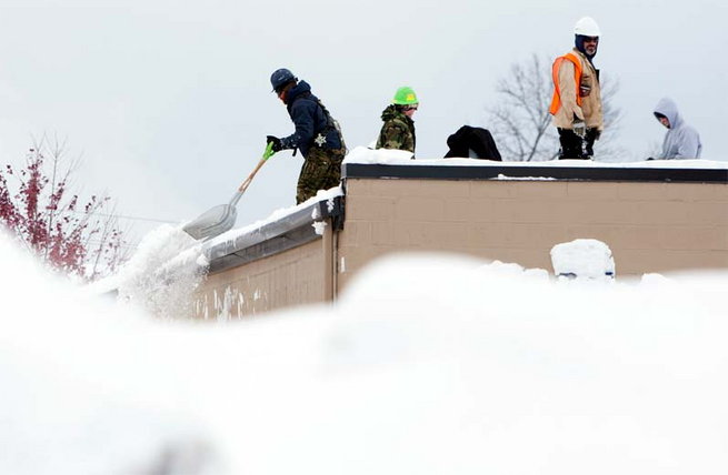 heavy-snow-keeps-falling-in-newyork4