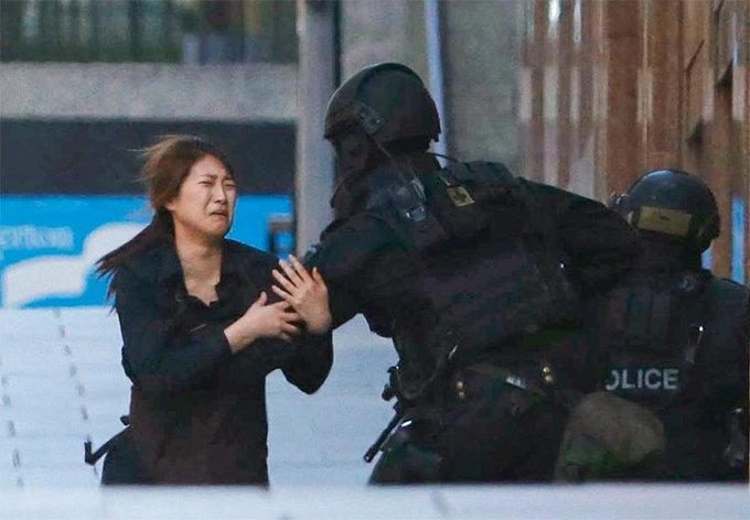 hostage-runs-towards-a-police-officer1
