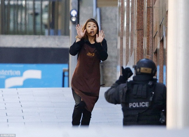 hostage-runs-towards-a-police-officer4