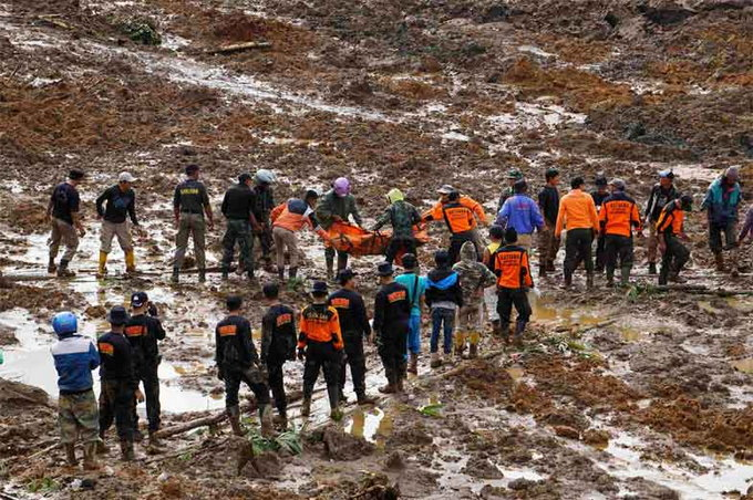 rescuers-search-for-victims-of-fatal-landslide-in-indonesia