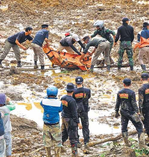 rescuers-search-for-victims-of-fatal-landslide-in-indonesia2
