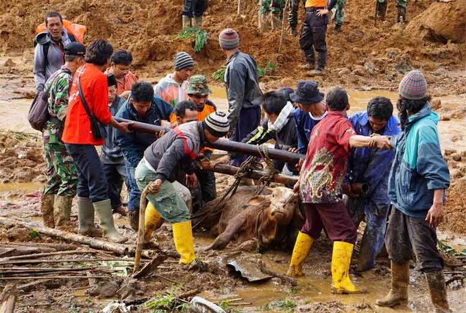 rescuers-search-for-victims-of-fatal-landslide-in-indonesia3