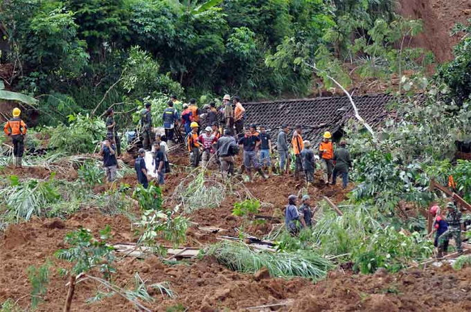 rescuers-search-for-victims-of-fatal-landslide-in-indonesia4