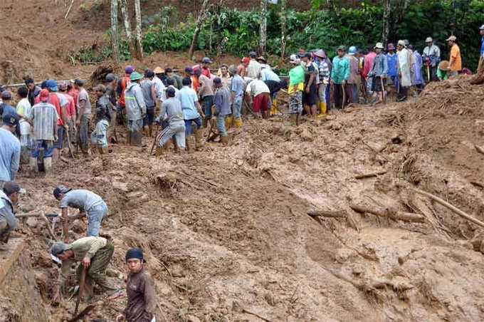 rescuers-search-for-victims-of-fatal-landslide-in-indonesia5