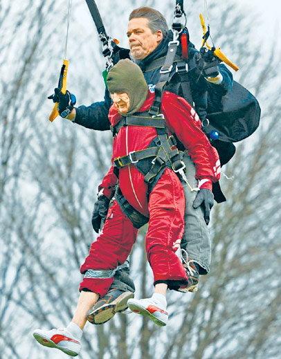 न्युयोर्कमा १ सय वर्षीया एक हजुरआमाले आकाशबाट हामफालेर सबैलाई अचम्मित पारिदिइन् । उनले अमेरिकाका पूर्व राष्ट्रपति जर्ज बुसको कीर्तिमान तोडिदिएका छन् । बुशले आफ्नो ९० औ जन्मदिनमा स्काई डाइभिंग गरेका थिए । कनिंगम नामकी ती महिलाले आफ्नो स्वास्थ्यले आफूले चाहेको काम गर्न दिने बताएकी थिइन् ।