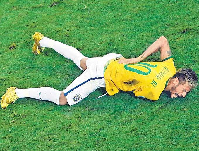 विश्वकप फुटबलका क्रममा कोलम्बियाली खेलाडीको खुट्टासँग ठोक्किएर ब्राजिलका स्टार खेलाडी नेयमारको ढाडको हाड नै भाच्चिएको थियो । नेयमार ढाडको हाड भाचिएर अस्पताल पुगेपछि ब्राजिलको विश्वकप जित्ने सपनामा ठुलो धक्का लागेको थियो ।