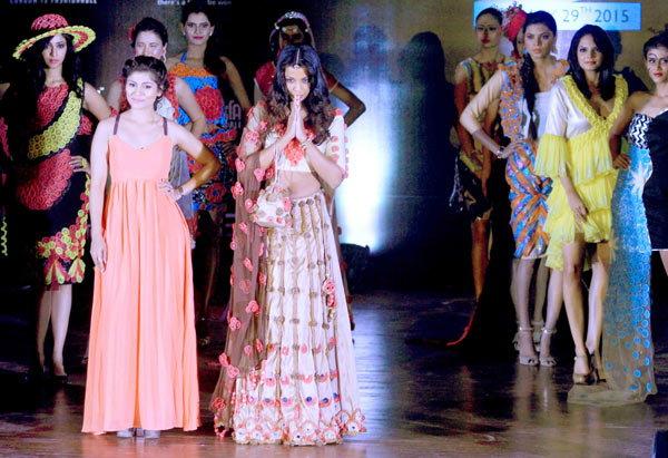 condom-faishion-show in india2